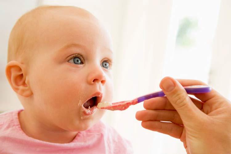 تغذیه مادری که کودک آن به زردی مبتلاست